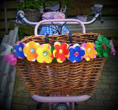 fiets.jpg#bicycle #zelfmaken #vilt #watdoetvanessanu #crafts #flowers