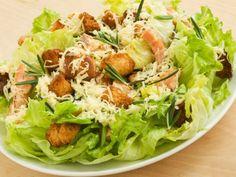 A Caesar salad faz sucesso em restaurantes do mundo inteiro. O que garante seu sabor especial é o molho Caesar, feito à base de maionese, parmesão e creme de leite. Leia também: Receita detox: salada de agrião com manga Receita de salada de macarrão integral ao pesto