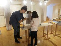 """Laboratorio """"Costruire un oggetto che si sfoglia"""" di Giulia Cavazzani e Simone Simonelli. Questo laboratorio invitava i bambini a concentrarsi sul libro come """"oggetto che si sfoglia"""" e come un prodotto da """"costruire"""". Il laboratorio prevedeva una vera e propria catena di montaggio: organizzazione delle pagine, foratura, piegatura, rilegatura, confezionamento e stoccaggio. #comeonkids2 #querinistampalia"""