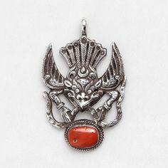 Pandantiv unicat amuletă Garuda, argint și coral, Nepal  #metaphora #silverjewelry #silverjewellery #nepal #amulet #coral  #pendant Nepal, Tibetan Jewelry, Hindus, Amulets, Brooch, Jewellery, Silver, Jewels, Brooches
