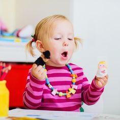 4 sugestões de brinquedos para fazer em casa. Provavelmente a rotina do seu filho é a seguinte: café da manhã, desenho animado, almoço, escola, fazer as tarefas escolares, jantar, banho, conferir a agenda da escola e a mochila, ir dormir. #maternidade #clickbaba #clicksitter #mompreneur #cuidadoinfantil #baba #babysitter #maeexecutiva #mae #vidademae http://buff.ly/2uLzwpL