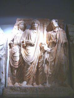 L'adozione #Antonino #Pio (al centro) con #Lucio #Vero di sette anni (a destra) e #Marco #Aurelio di diciassette anni (a sinistra, alle spalle). All'estrema destra, sembra esserci #Adriano.