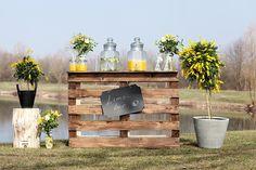 Drink Station - gelbe GEtränkebar für Hochzeit #drinkstation #getränkebar Gelbe Gartenparty mit kostengünstigen Ideen | Hochzeitsblog - The Little Wedding Corner