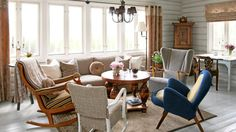 FIIN, OLD: The living room is furnished in a friendly mix of armchairs, all of old. Inspiration Casa Cook in Rhodes Chandelier Ceiling Lights, Ceiling Light Fixtures, Casa Cook, Dining Chairs, Dining Table, Outdoor Furniture Sets, Outdoor Decor, Scandinavian Home, Basement Remodeling