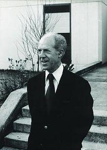 Gérard Debreu, né à Calais le 4 juillet 1921 et mort le 31 décembre 2004 à Paris, est un mathématicien et économiste français, ayant également acquis la nationalité américaine. Il est le premier Français à recevoir en 1983 le prix Nobel d'économie pour ses travaux sur l'équilibre général