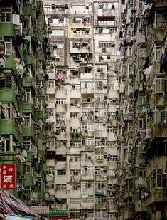 """Kowloon Walled City. Desalojada y demolida en 1994, tras convertirse en """"la ciudad oscura"""". Originariamente una colonia amurallada inglesa en la ciudad de Honk-Kong, creció espontáneamente hasta albergar 50.000 habitantes."""