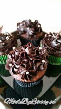 Chocolade cupcakes met een donkere chocolade topping   www.MadeByLianny.nl