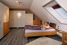 Schlafzimmer aus Eiche Massivholz mit weißen Glasfronten
