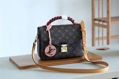 Louis Vuitton 2018 Premium Monogram Canvas Pochette Metis An exquisitely fashioned leather handle, braided and edge-dyed by House craftsmen, gives this Pochette Métis a unique appeal. The colorful smooth cowhide creates Louis Vuitton Handbags Sale, Gucci Handbags, Replica Handbags, Fashion Handbags, Fake Designer Bags, Monogram Canvas, Leather Handle, Authentic Louis Vuitton, Louis Vuitton Monogram