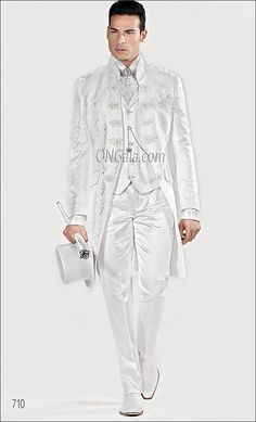 Abito barocco da sposo con giacca broccata bianca White Dress Shoes, White Suits, Tuxedo For Men, Dressed To The Nines, Groom Outfit, Gentleman Style, Wedding Suits, Mens Suits, Men Dress