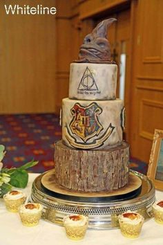 Harry Potter Wedding – Cake by Shirley Jones Harry Potter Hochzeitstorte von Shirley Jones Bolo Harry Potter, Harry Potter Fiesta, Harry Potter Wedding Cakes, Gateau Harry Potter, Harry Potter Birthday Cake, Harry Potter Sorting Hat, Harry Potter Food, Harry Potter Theme, Wedding Cakes With Cupcakes