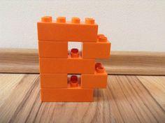 Buchstaben aus Lego Duplo Steinen