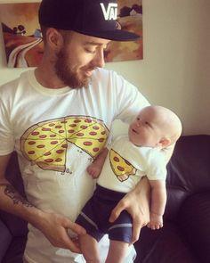 Eltern aufgepasst: Das sind die coolsten Family-Shirts ever! 😍 Partnerlook für Eltern und Kids: Die coolsten Shirts ever! So Cute Baby, Baby Kind, Cute Kids, Cute Babies, Baby Boy, Baby Girls, Baby Girl And Dad, Dad Baby, Foto Baby