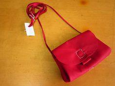 アコーディオン型のお財布ポシェットをお作りしました。♪全て蠟引き糸で手縫いです。♪素材・牛皮ギン磨り色・赤サイズ・横15 高11.5