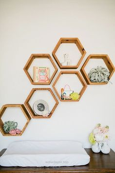 Ahşap Palet Parçaları İle 40 Duvar Dekorasyonu Fikirleri 40 ideas for wall decoration with wooden pa Hexagon Shelves, Honeycomb Shelves, Geometric Shelves, Diy Casa, Home And Deco, Modern Decor, Modern Nursery Decor, Room Inspiration, Diy Home Decor