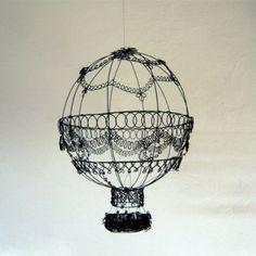 Montgolfière en fil de fer réalisée par Marie Bossée sculptrice