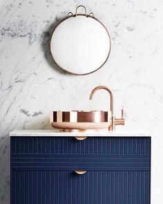 Kolorystyka + polaczenie z marmurem Navy blue vanity, marble and brass in this bathroom design. Does it get more gorgeous?