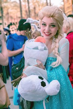 Elsa and Olaf #Wondercon2014 is that John and Dave in the background with bunny ears XD