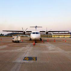 ATR72-600 PR-TKK a espera do seu voo para Ipatinga no início da noite com parte do terminal 3 ao fundo. #cnf #cnfaovivo #bh #bhz #bhairport #bhairportcargo