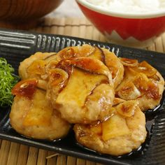 今回ご紹介するのは、コリコリ食感が楽しい「エリンギ鶏つくね」のレシピです♩にんにくの風味がしっかり効いた甘辛い味付けで、お酒がススみますよ。卵黄をとろっと絡めてめしあがれ。