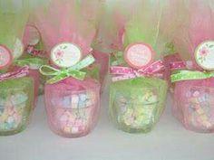 Souvenir de frascos de vidrio con tul y dulces