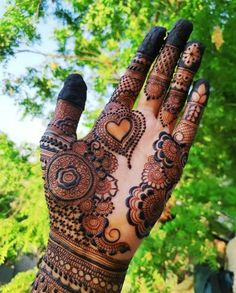One of the most popular places to have henna is on the hands. So, today we are bringing you 21 amazing henna hand designs that are a work of art! Pretty Henna Designs, Floral Henna Designs, Latest Bridal Mehndi Designs, Mehndi Designs Book, Mehndi Designs 2018, Modern Mehndi Designs, Mehndi Designs For Girls, Mehndi Designs For Beginners, Mehndi Design Photos