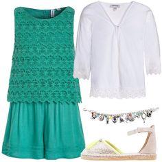 L'outfit è composto da una jumpsuit in cotone con scollo tondo, un cardigan bianco in cotone con scollo a V, un paio di espadrillas e da un bracciale.