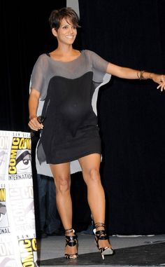 Gray Lady from Fashion Spotlight: Halle Berry The actress takes to the stage at Comic-Con for the X-Men: Days of Future Past panel sporting a loose gray-and-black shift dress and ankle-strap heels. Pelo Halle Berry, Halle Berry Style, Halle Berry Hot, Halle Berry Hairstyles, Hally Berry, Hollywood Actress Photos, Lady Grey, Maternity Fashion, Maternity Style