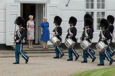 Klokken 12.00 i dag overværede H.M. Dronningen og H.K.H. Prinsesse Benedikte det store vagtskifte på Gråsten Slot.