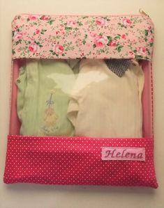 Kit Organizador - Maternidade ou Escolar  1 Saco toalha 41x33cm (visor e forro plastificado)  3 Sacos Roupa Limpa 35x30cm (visor plastificado)  1 Saco Roupa Suja 35x30cm (forro plastificado)  1 Saco sapato 27x19cm (visor plastificado)  Bordado Incluso e fechamento com ziper  Visor plastificado - ... Baby Art, Baby Sewing, Baby Gifts, Diaper Bag, Diy And Crafts, Pregnancy, Lunch Box, Stationery, Pouch