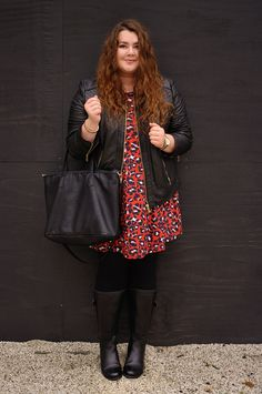 Große Größen Plus Size Fashion Blog - red leo dress leather jacket and high leg boots