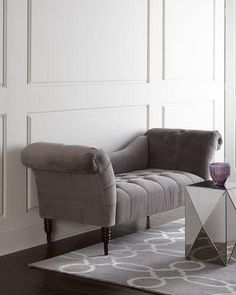 Elegant settee that I would love to put in front o…Edit description