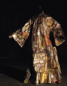 One of costume designer, Eiko Ishioka's outfits for Dracula was directly influenced by Gustav Klimt's passionate masterpiece, 'The Kiss' (1907-1908). Embroidery by Penn & Fletcher.