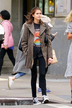 Kaia Gerber black skinny jeans and T-shirt : Kaia Gerber black skinny jeans and T-shirt Converse All Star, Estilo Converse, High Top Converse Outfits, Black High Top Converse, Black High Tops, Mon Jeans, Denim Jeans, Skinny Jeans, Kaia Gerber