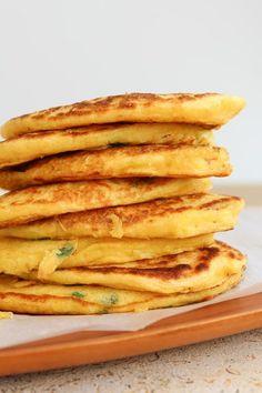 Panquecas de milho verde coloridas com cebolinha picada e feitas com milho verde fresquinho e debulhado na hora... Faz toda a diferença!