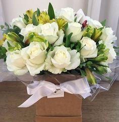 Buque de flores na Caixa com Rosas Brancas - Flores em São Paulo - Compre flores dos melhores floristas em São Paulo pelo App da Pollen! :)