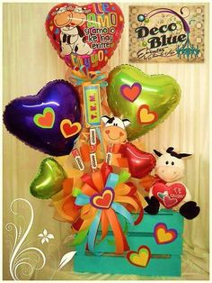 . Candy Gift Baskets, Holiday Baskets, Candy Gifts, 21st Birthday Decorations, Balloon Decorations, Christmas Birthday, Diy Christmas Gifts, Candy Bar Bouquet, Clown Balloons