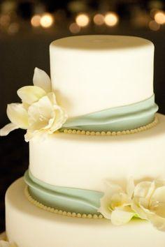 Beautiful! Elegant and classic. Cake by liza