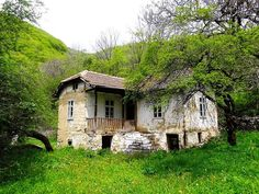 Old Romanian house Cute Cottage, Old Cottage, Cottage Homes, Stone Cottages, Cabins And Cottages, Old Abandoned Buildings, Abandoned Places, Vernacular Architecture, Unusual Homes
