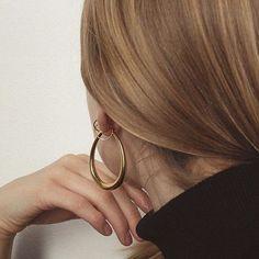 Gold hoops | @styleminimalism