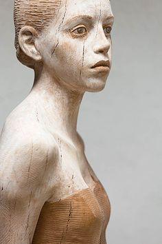 Une sélections des magnifiques sculptures sur bois de l'artiste italienBruno Walpoth, qui façonne avec beaucoup de réalisme des corps humains à partir de