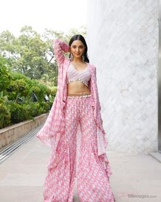 Kiara Advani Beautiful HD Photoshoot Stills & Mobile Wallpapers HD Kiara Advani, Dress Indian Style, Indian Dresses, Western Dresses, Western Outfits, Indian Wedding Outfits, Indian Outfits, Indian Attire, Indian Wear