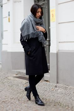 Grey Cashmere Scarf with all black Grey Scarf, Oversized Scarf, Mode Chic, Mode Style, Moda Barcelona, Winter Stil, Inspiration Mode, How To Wear Scarves, Autumn Winter Fashion