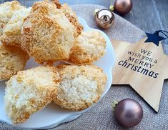 Kokosmakronen gehören für uns zu Weihnachten wie Geschenke und Tannenduft. Bis jetzt hatten wir uns jedoch selber noch nie an die vegane Variante herangewagt – dass sollte sich nun endlich än…