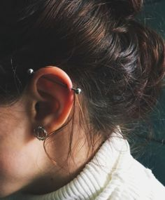 Transverse Piercing in the Ear: 30 models for you to be inspired! Transversales Piercing im Ohr: 30 Modelle für Ihre Inspiration! Daith Piercing, Piercing Tattoo, Cute Ear Piercings, Body Piercings, Peircings, Ear Jewelry, Body Jewelry, Jewellery, Piercings Bonitos