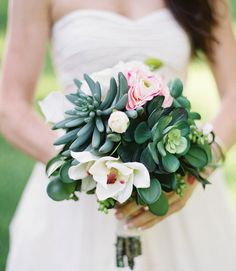 Amazing succulents for the bouquet for your alternative wedding Wedding Who Pays, Mod Wedding, Table Wedding, Reception Table, Green Wedding, Wedding Reception, Spring Wedding Bouquets, Bridal Bouquets, Green Bouquets