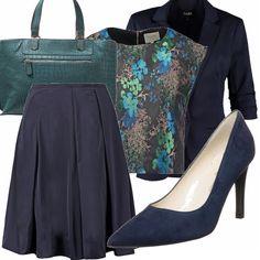 Tailleur gonna blu reso originale dalla blusa multicolore completato da scarpe blu e borsa a mano in una particolare tonalità di verde. Outfit perfetto per l'ufficio o un pranzo di lavoro.