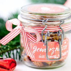 Heute habe ich etwas Besonderes für euch: Ein tolles Rezept für ein Mitbringsel oder ein selbstgemachtes Weihnachtsgeschenk plus passender Etiketten zum Ausdrucken. Damit habt ihr ein komplettes Ge...