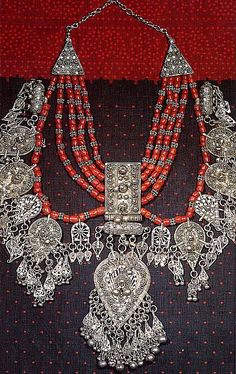 Joias Étnicas... Colar em Coral do  Mediterrâneo e Prata;  Fabricação de Bowsani, Iêmen; início do século XX.