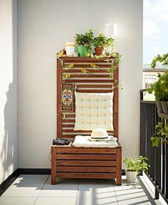 Leuk IKEA bankje met opbergruimte en een wandpaneel voor planten of andere accessoires. Ideaal voor het balkon!